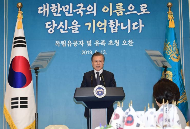 President Moon Jae-in delivers opening remarks during a luncheon with independence patriots and their descendants at Cheong Wa Dae in Seoul, Tuesday. The presidential house organized the event, two days before the 74th anniversary of Korea's liberation from the 1910-45 Japanese colonial rule. Korea Times photo by Ryu Hyo-jin