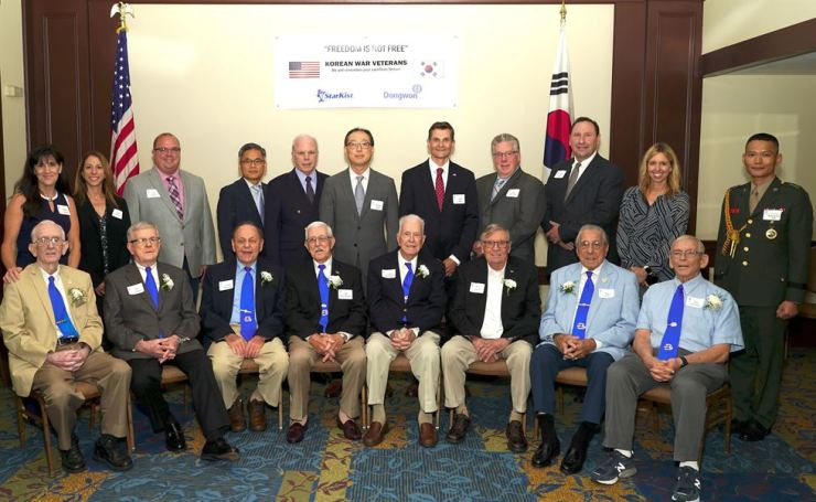 StarKist CEO Andrew Choe, back row sixth from left, poses with Korean War veterans in Pennsylvania, during a luncheon at the Sheraton Pittsburgh Hotel at Station Square, Tuesday (local time). StarKist, the world's largest canned tuna maker, and its parent company Dongwon Group have been organizing luncheons and other events to honor Korean War veterans in the United States since 2008. Courtesy of Dongwon Group