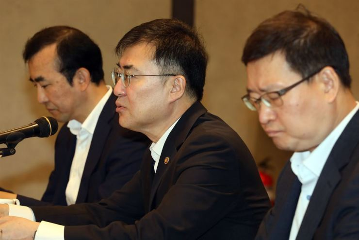 Financial Services Commission (FSC) Vice Chairman Sohn Byung-doo speaks during a meeting with private sector experts at the Korea Federation of Banks' building in central Seoul, Monday. / Courtesy of FSC