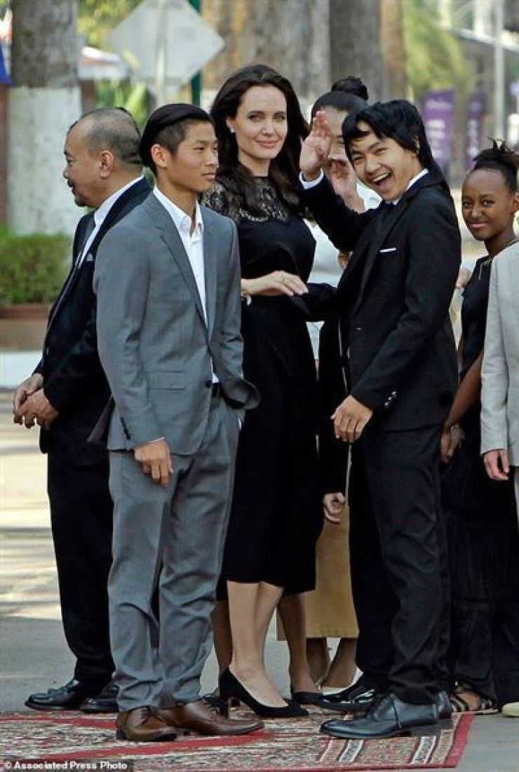 Maddox Jolie-Pitt, right, with his mother Angelina Jolie and siblings. / AP-Yonhap