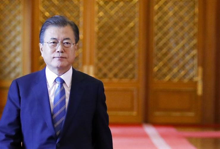 South Korean President Moon Jae-in heads to a luncheon with appointed leaders of pending state affairs at Cheong Wa Dae, Wednesday. Yonhap