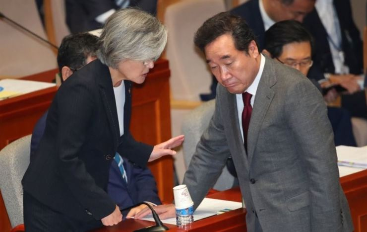 Prime Minister Lee Nak-yon, right, has a talk with Foreign Minister Kang Kyung-wha while participating in a meeting of the Special Committee on Budget and Accounts at the National Assembly in Seoul, Monday. Yonhap