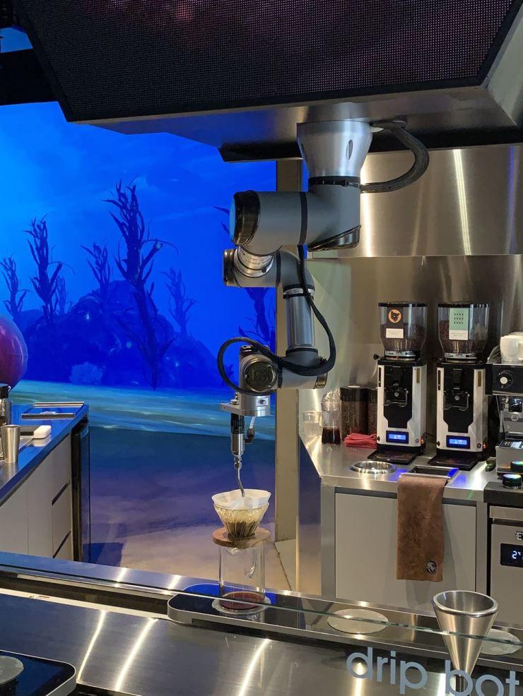 A drip bot drips coffee at Cafe.bot in Seongsu-dong, Seoul. 서울시 성동구 성수동의 로봇카페 '카페봇'에서 '드립봇'이 커피를 내리고 있다. /Korea Times photo by Kwak Yeon-soo