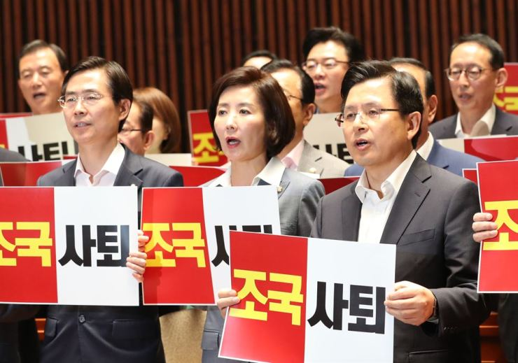 Members of the main opposition Liberty Korea Party hold signs in protest of Cho Kuk's nomination as justice minister during a meeting at the National Assembly, Wednesday. Yonhap