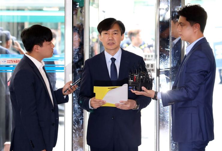 Justice Minister nominee Cho Kuk reads his policy agenda before entering a temporary office in Seoul, Monday, to prepare for his parliamentary confirmation hearing. / Yonhap