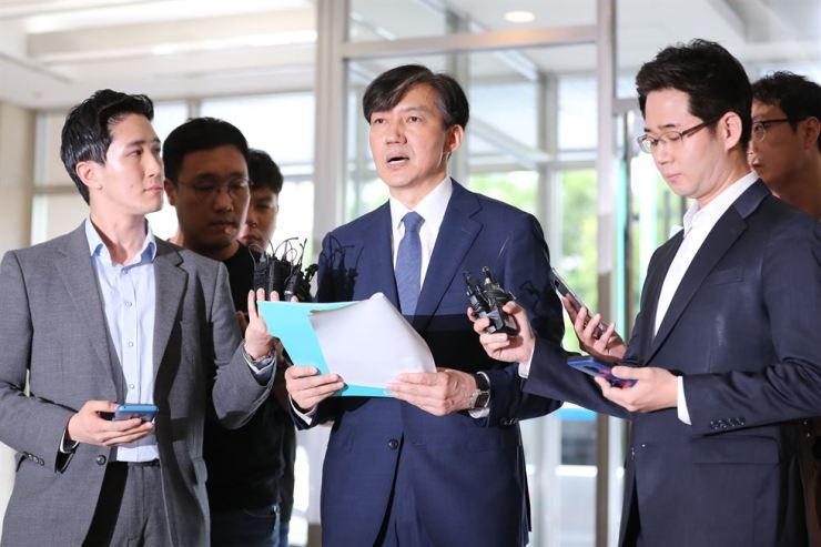 Justice Minister nominee Cho Kuk, reads a statement of apology over a series of scandals involving him and his family during his visit to his office in Jongno-gu, Seoul, Sunday. / Yonhap