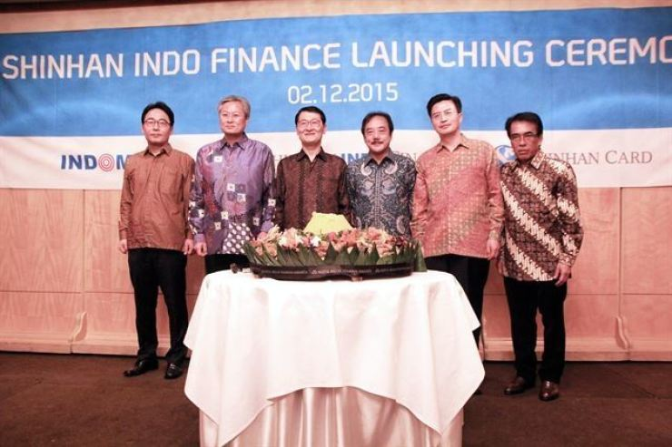 Then Shinhan Card CEO Wi Sung-ho, third from left, poses with Indomobil CEO Jusak Kertowidjojo, third from right, during a launch ceremony of Shinhan Indo Finance in Jakarta, Indonesia, in this December 2015 file photo. Courtesy of Shinhan Card