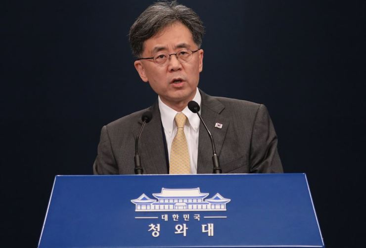 Kim Hyun-chong, deputy presidential National Security Office, answers questions during a press briefing in announcing South Korea's position after Japan's decision to exclude South Korea from its list of most trusted trading partners took effect, at Cheong Wa Dae, Wednesday afternoon. Yonhap