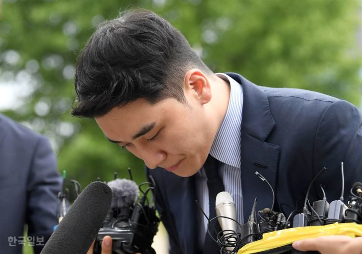 Seungri, a former member of K-pop boy group BIGBANG, bows before being questioned at Seoul Metropolitan Police Agency's intellectual crime investigation division over his alleged overseas gambling, Wednesday. Korea Times photo by Seo Jae-hoon