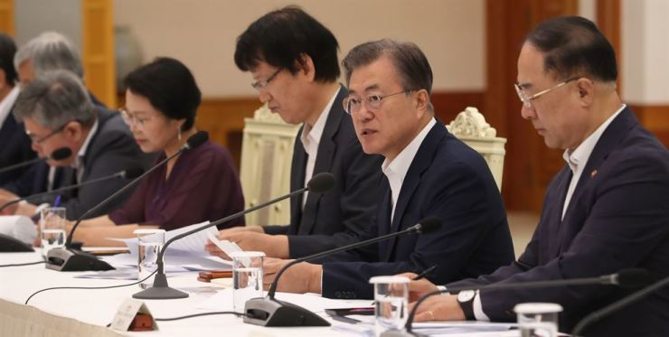 President Moon Jae-in, second from right, speaks during a meeting of the presidential National Economic Advisory Council at Cheong Wa Dae, Thursday. Yonhap