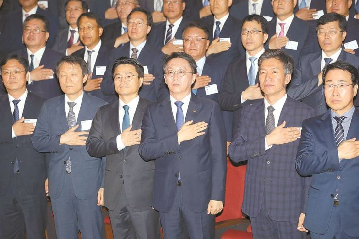 National Tax Service (NTS) Commissioner Kim Hyun-jun, front row third from right, pledges allegiance to the national flag with heads of regional tax offices at NTS headquarters in Sejong, Aug. 12. As part of its efforts to improve the tax administration, the tax agency has launched a new unit to crack down on overseas corporate tax evasion. Courtesy of NTS
