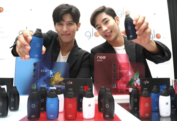Models promote BAT Korea's glo sens e-cigarette during a launch event in Seongsu-dong, Seoul, Tuesday. Yonhap