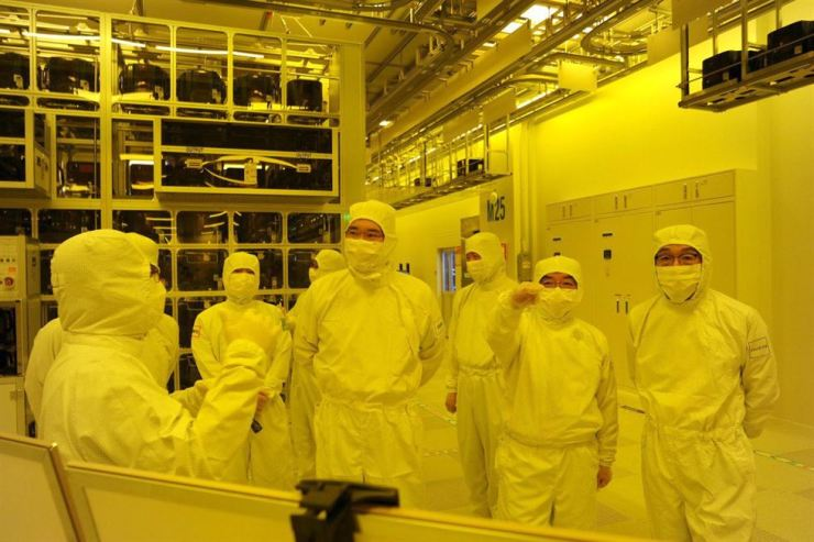 Samsung Electronics Vice Chairman Lee Jae-yong, fourth from right, checks a semiconductor packaging line at the company's Cheonan plant in South Chungcheong Province, Tuesday. /Courtesy of Samsung Electronics