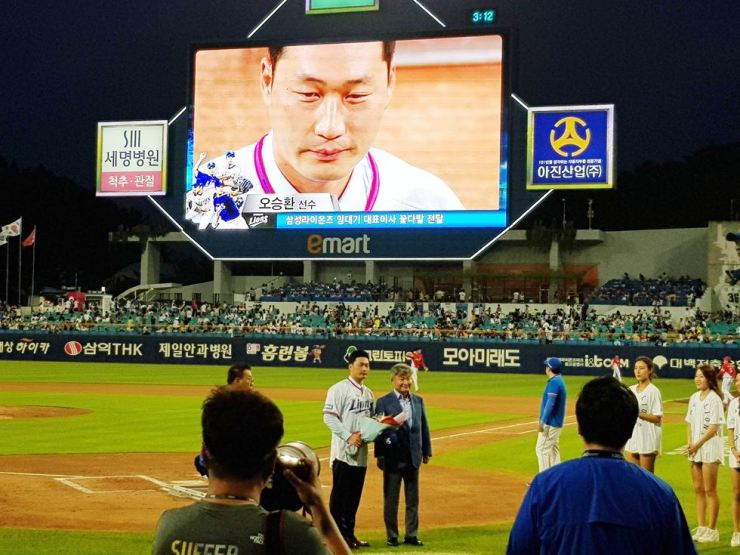 Oh Seung-hwan, left, who returned to the Samsung Lions after a stint in Major League Baseball that lasted three and a half seasons with three clubs, poses for a photo with the KBO club's CEO Lim Dai-key at Daegu Samsung Lions Park in Daegu, 300 kilometers southeast of Seoul, on Aug. 10. Yonhap