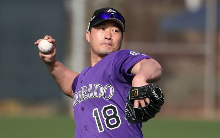 Colorado Rockies' reliever Oh Seung-hwan throws a pitch during the team's spring training session in Scottsdale, Arizona in this Feb. 15 file photo. Oh signed a deal with his original Korean club, the Samsung Lions, Tuesday. Korea Times file