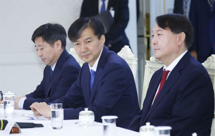 Prosecutor General Yoon Seok-yeol, right, and justice minister nominee Cho Kuk sit side by side at Cheong Wa Dae on July 25. Yonhap