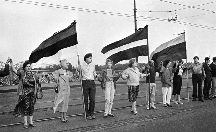Demonstrators with the national flags of Estonia, Latvia and Lithuania lock hands during the Baltic Way campaign against the Soviet occupation on Aug. 23, 1989. / Embassy of Latvia