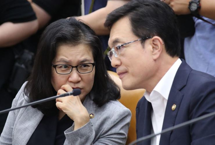 South Korea's First Vice Minister of Foreign Affairs Cho Sei-young, right, speaks with Trade Minister Yoo Myung-hee while participating in a ministerial meeting to discuss countermeasures against Japan's export curbs, at the Government Complex in Seoul, Monday. Yonhap