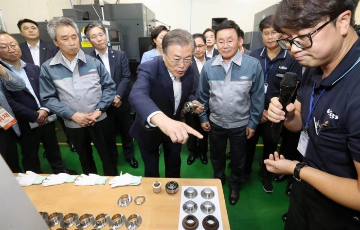 President Moon Jae-in talks to employees during a visit to the SBB Tech in Gimpo, Gyeonggi Province, Wednesday. Yonhap
