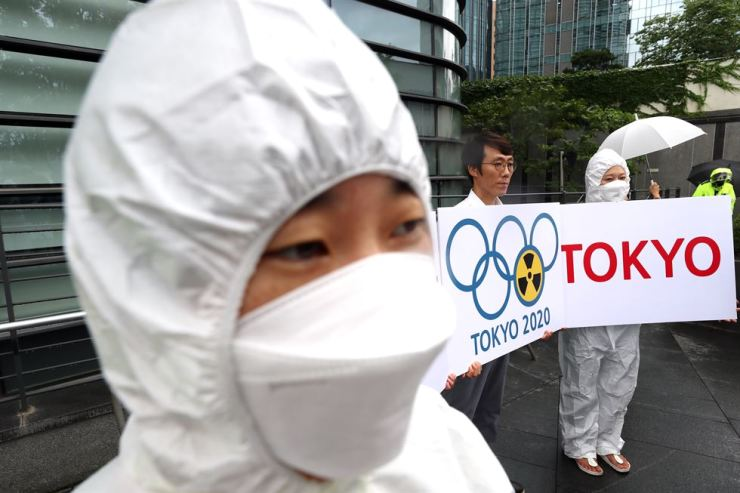 Members of the Our Future Party, a progressive party of young people, hold pickets to urge a boycott of the 2020 Tokyo Summer Olympics in front of the Japanese embassy in Seoul, Wednesday, in protest of Japan's economic retaliation on Korea. Yonhap