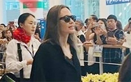 Angelina Jolie dines with unidentified people at a restaurant in central Seoul in this undated photo that has recently gone viral on community websites. The Hollywood star is in Seoul with her son Maddox Jolie-Pitt, waiting for his entrance ceremony at Yonsei University on Aug. 26.
