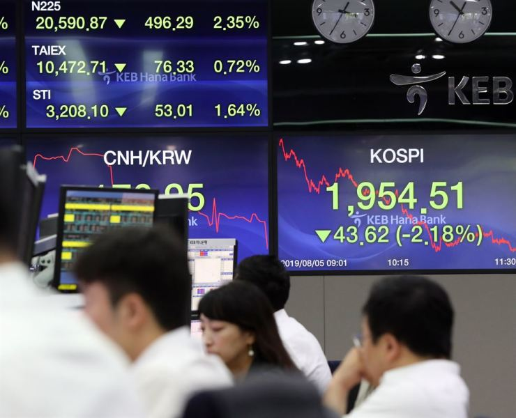 A board displays the KOSPI and Nikkei 225 fell sharply during the session at the KEB Hana Bank's dealing room in central Seoul, Monday. / Yonhap