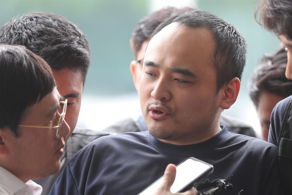 Jang Dae-ho looks at a journalist as he enters the Goyang Police Station in Gyeonggi Province, Wednesday. Yonhap