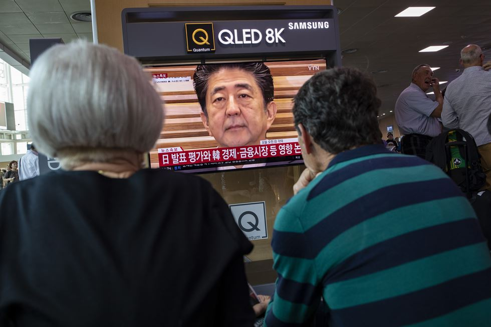 A man swipes a television screen in front of ticket booths inside Seoul Station, Friday, while breaking news shows Japanese Chief Cabinet Secretary Yoshihide Suga with a headline 'The Japanese government delists South Korea from the whitelist,' referring to Japan's list of trusted trading partners. The news confirmed Japanese Prime Minister Shinzo Abe was determined to enforce additional economic retaliation against South Korea over a row surrounding wartime forced labor during the World War II. Korea Times photo by Shim Hyun-chul