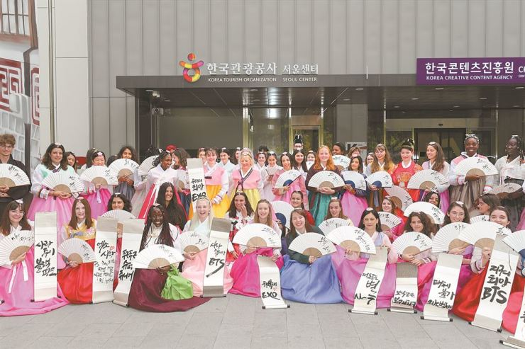 French hallyu fans pose with Korean traditional hand fans and calligraphy in front of K-Style Hub in Seoul, Tuesday. A total of 88 French came to Korea on a tour program, PackHallyu, organized by the Korea Tourism Organization. / Courtesy of Korea Tourism Organization