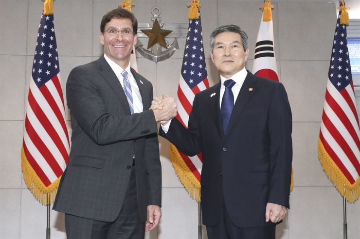 Defense Minister Jeong Kyeong-doo, right, and U.S. Secretary of Defense Mark Esper pose before their talks at the Ministry of National Defense in Yongsan-gu, Seoul, Friday. / Yonhap