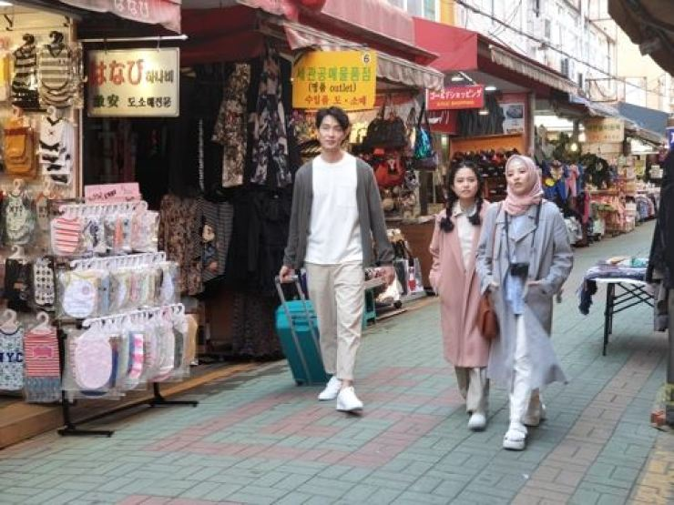 Indonesian tourists walk around the Gukje Market in Busan. Courtesy of Korea Tourism Organization