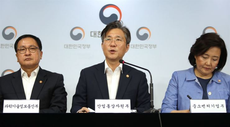 Minister of Trade, Industry and Energy Sung Yun-mo, center, speaks during a press conference at the Government Complex in Seoul, Monday. From left are Minister of Science and ICT You Young-min, Sung and Minister of SMEs and Startups Park Young-sun. Yonhap