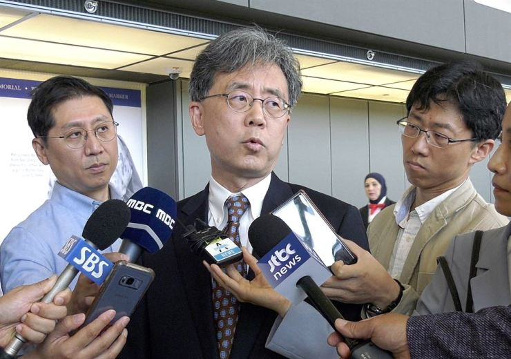Kim Hyun-chong, center, deputy chief of the presidential National Security Office, responds to questions by a group of South Korean reporters before his return to Seoul after meetings with high-profile Washington officials to discuss the trade friction between South Korea and Japan, July 14. Yonhap