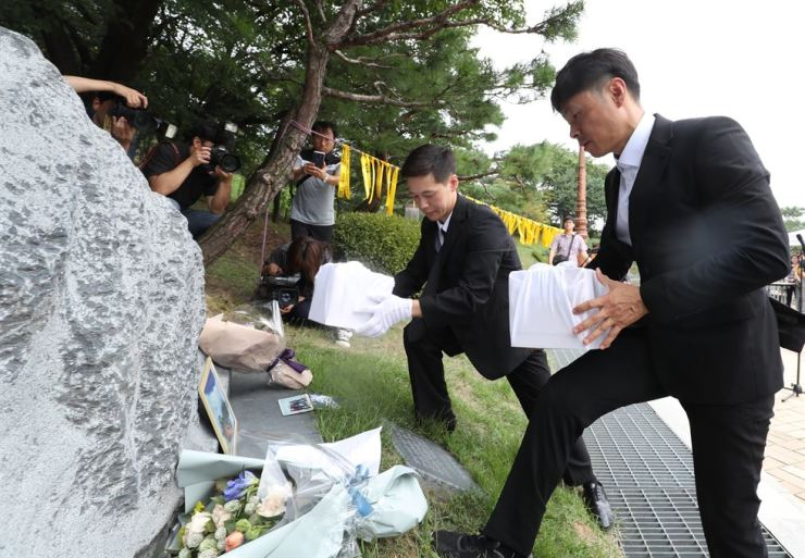 Family members of late Min Jun-young and Park Jong-seong, who went missing while climbing Mt. Himalayas in 2009, carry remains of the deceased during a commemoration service at Cheongju Early Printing Museum in Cheongju, North Chungcheong Province, Saturday. News1