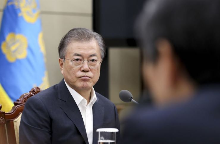 President Moon Jae-in receives a briefing on the National Security Office's recommendation to scrap the Korea-Japan military intelligence-sharing agreement, Thursday. Yonhap