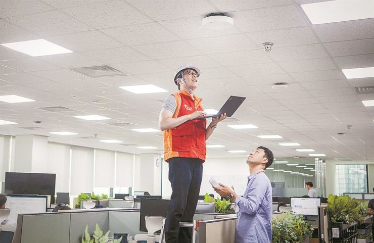 SK Telecom employees test the firm's newly developed '5GX In-building Solution' at its Seongnam office in Gyeonggi Province, in this photo provided by the company, Wednesday. / Courtesy of SK Telecom