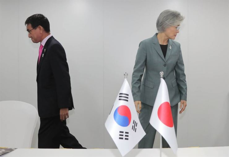 Foreign Minister Kang Kyung-wha, right, moves in the opposite direction to her Japanese counterpart Taro Kono after a brief handshake before their meeting in Bangkok, Thursday. The 50-minute meeting ended with no breakthrough in the intensifying trade conflict between the two countries. Yonhap