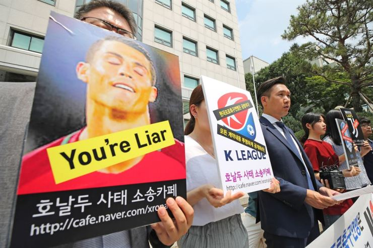 Football fans and their lawyer hold a press conference in front of the Korea Football Association building in central Seoul, Monday, calling for a full refund on their tickets to the friendly match between the K League All-Stars and Juventus on July 26. Football star Cristiano Ronaldo was supposed to appear for at least 45 minutes of the sold-out match according to the contract but Juventus did not put him in, citing his muscle problems. / Yonhap