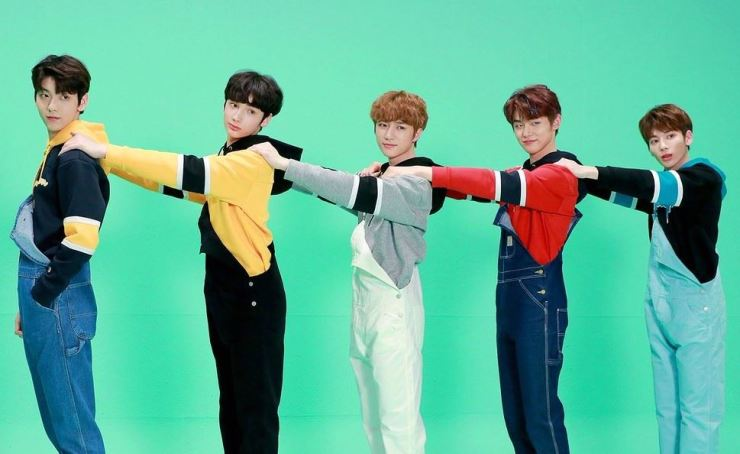 Tomorrow X Together will not perform at an August 11 concert and will delay its comeback to late September because two members are ill. Capture from Twitter @TXT_bighit