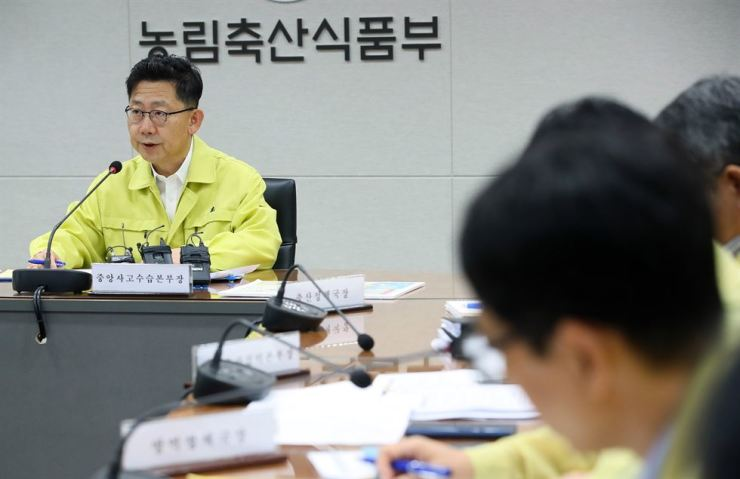 Agriculture Minister Kim Hyeon-soo, left, holds an emergency quarantine situation meeting at the Sejong Government Complex Friday, after the country confirmed its ninth ASF infection. Yonhap