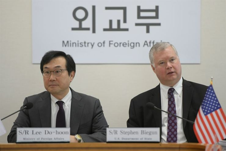 U.S. Special Representative for North Korea Stephen Biegun, right, talks with South Korea's Special Representative for Korean Peninsula Peace and Security Affairs Lee Do-hoon during their meeting at the foreign ministry in Seoul on May 10, 2019. Reuters-Yonhap