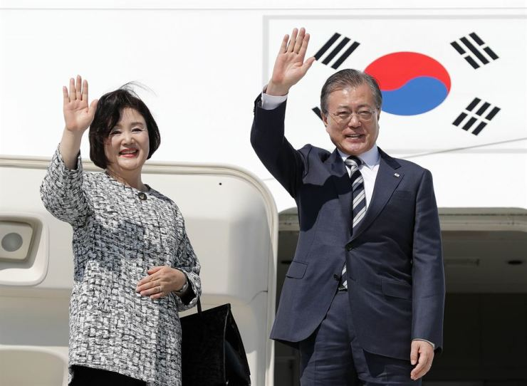 President Moon Jae-in and his wife Kim Jung-sook wave at John F. Kennedy Airport in New York, Thursday (local time), before departing for Seoul. Yonhap