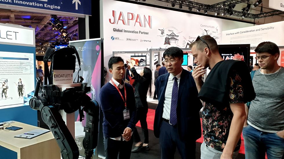 Kim Dae-hee, left, leader of the management support team at drone startup Joy Drone poses with the firm's marketer Song Jae-min at its booth during the IFA fair in Berlin, Friday. Korea Times photo by Baek Byung-yeul