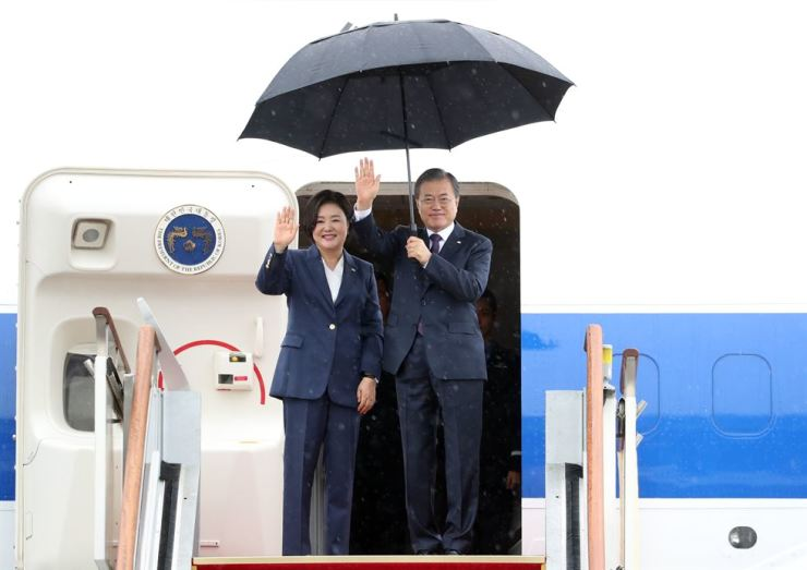 President Moon Jae-in and first lady Kim Jung-sook wave before leaving for New York to attend the United Nations General Assembly, from Seoul Airport in Seongnam, Gyeonggi Province, Sunday. Yonhap