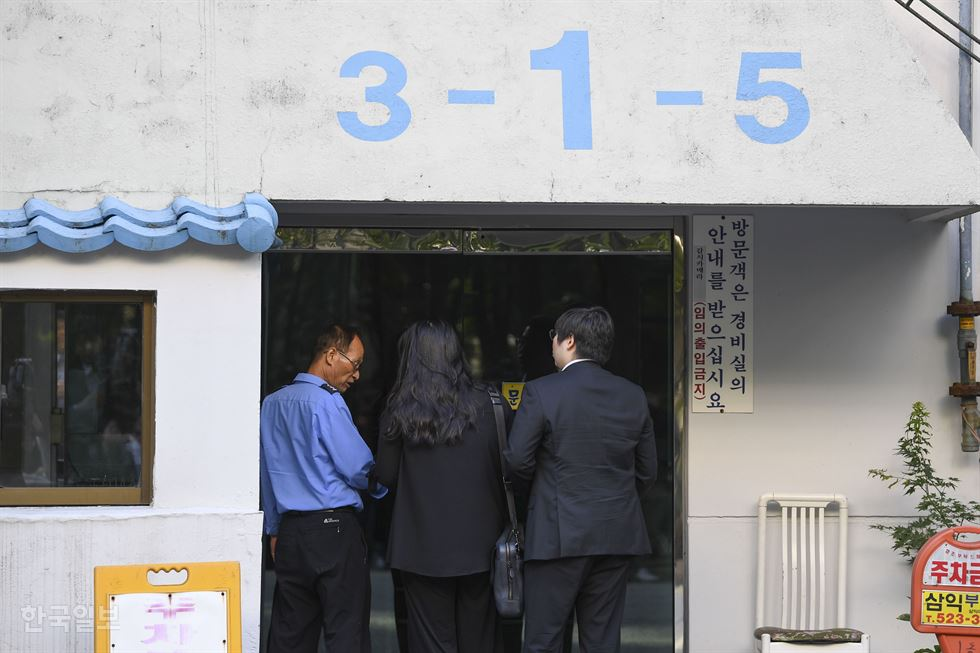 Justice Minister Cho Kuk leaves his home for work in southern Seoul, Monday, before the prosecution raided the house for evidence. / Yonhap