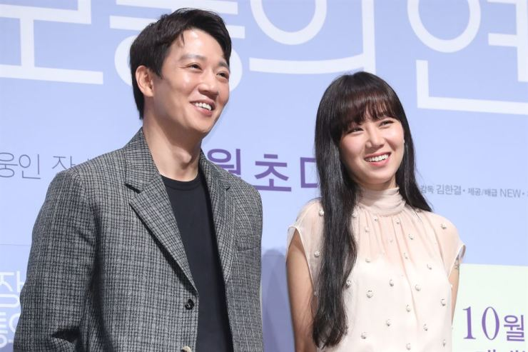 Kim Rae-won, left, and Gong Hyo-jin, right, pose during a press conference held at CGV Apgujeong, Thursday./ Yonhap