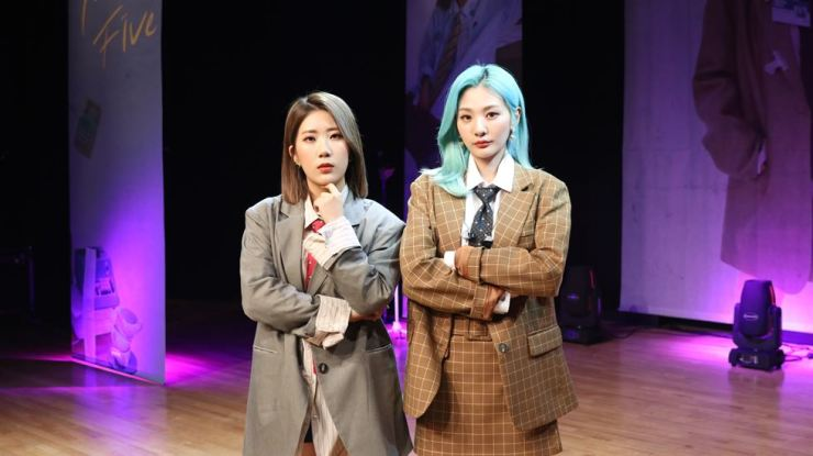 A female duo, BOL4, Woo Ji-yun, left, and An Ji-yeong, right, take pose at the showcase held at Ilji Art Hall, Seoull, Friday./ Courtesy of Shofar Music