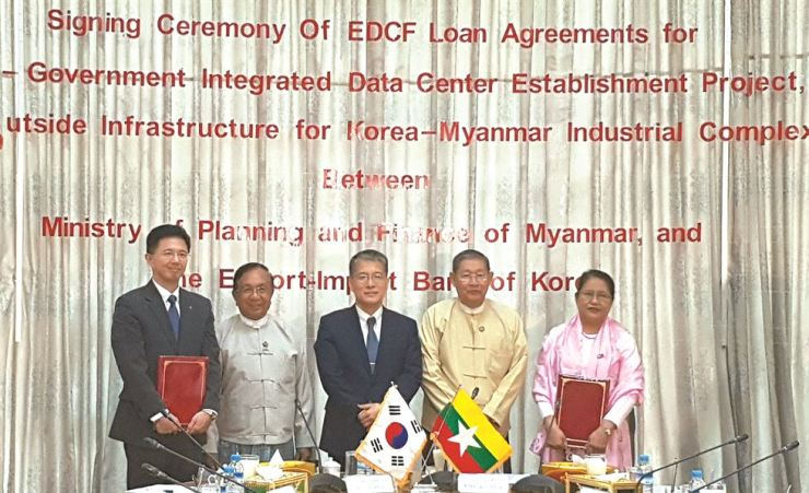 Export-Import Bank of Korea (Eximbank) Deputy President Kang Seung-joong, center, poses with Eximbank Economic Development Cooperation Fund (EDCF) Operations Director General Um Sung-yong, left, and ranking officials from Myanmar's construction and finance ministries in Naypyitaw, Myanmar, Sept. 3. Courtesy of Eximbank