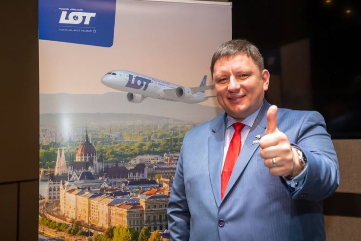 Rafal Milczarski, CEO of LOT Polish Airlines, gives a thumb up after a press conference at the Courtyard Marriot Seoul Namdaemun, Monday, to celebrate the airline's launch of the Incheon-Budapest operation. Courtesy of LOT Polish Airlines