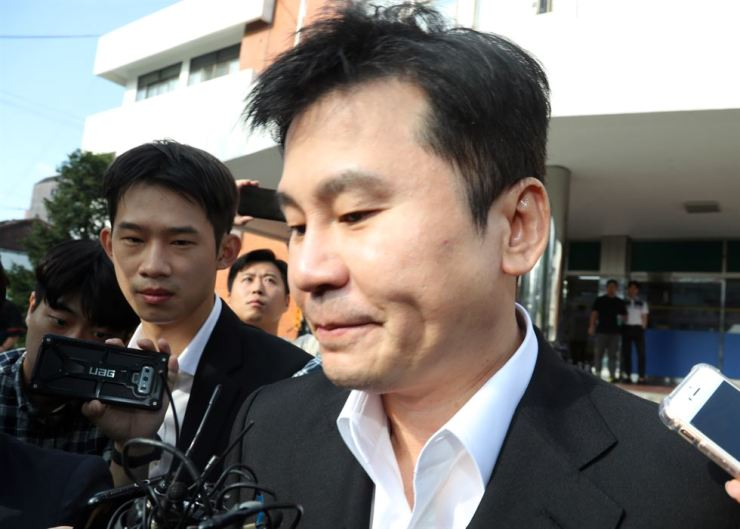 YG Entertainment founder Yang Hyun-suk walks out of Seoul Metropolitan Police Agency's intellectual crime investigation division in Moon-dong, Seoul, Aug. 30, after an overnight interrogation. Yonhap